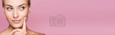 verträumt schöne blonde Frau mit perfekter Haut isoliert auf rosa, Banner