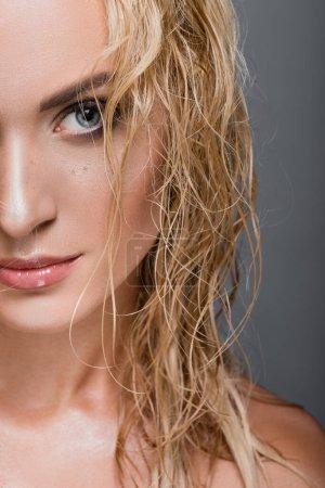 Photo pour Femme blonde aux cheveux mouillés isolé sur gris - image libre de droit