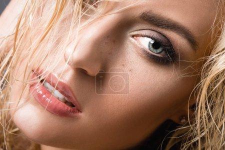 Photo pour Femme blonde aux cheveux mouillés et taches de rousseur - image libre de droit