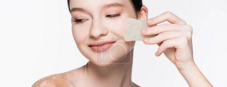 Photo pour Sourire jeune belle femme avec vitiligo en utilisant gua sha isolé sur blanc, bannière - image libre de droit