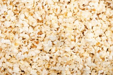 Hintergrund mit luftigem Popcorn, Draufsicht, Kinokonzept