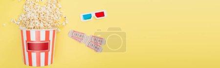 Ansicht von 3D-Gläsern, Kinokarten und Eimer mit Popcorn auf gelb, Banner