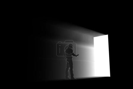 Photo pour Silhouette homme explorant une lumière portail - image libre de droit
