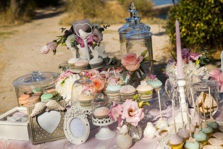 Photo pour Célébration champagne Cake célébration événement mariage décoration décorateur solennellement belle douceur bonbons bar tasse gâteau - image libre de droit