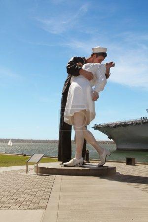 Photo pour San diego, ca, é.-u. avril 2014.: gens Découvre la sculpture de la capitulation sans condition - image libre de droit