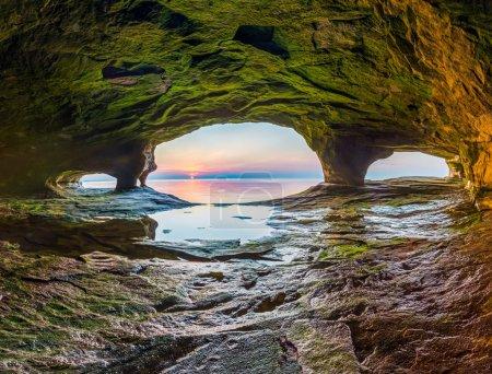 Photo pour Le soleil se couche sur le lac Supérieur photographié à partir d'une grotte marine sur la côte nord du Michigan . - image libre de droit