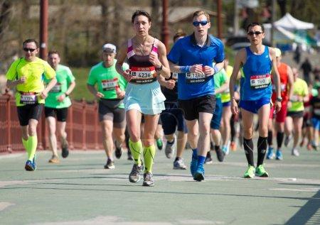 Photo pour Kiev, Ukraine - 26 avril, 2015:Kiev semi marathon à Kiev, en Ukraine. Le nombre de coureurs ont été plus de six mille personnes . - image libre de droit