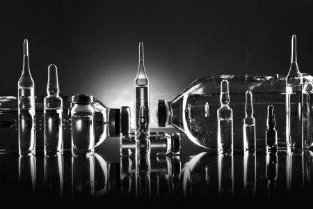 Photo pour Objet de groupe d'agent médicinal liquide en verrerie limpide, photo horizontale noir et blanc - image libre de droit
