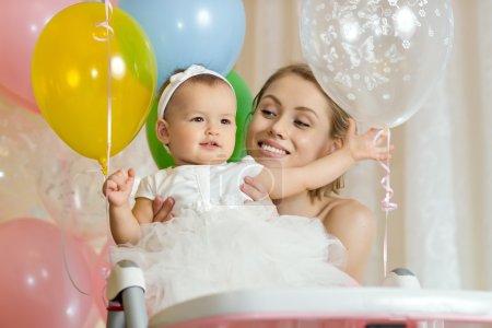 Photo pour Petite fille d'un ans avec mammy, héhé, photo horizontale - image libre de droit