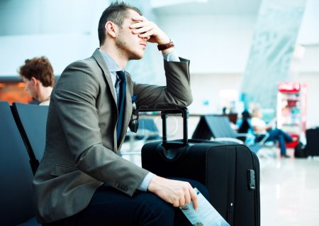 Photo pour Homme d'affaires avec bagages à l'aéroport - image libre de droit