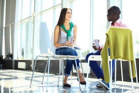 Photo pour Gens d'affaires créatives réunis en cercle de chaises - image libre de droit