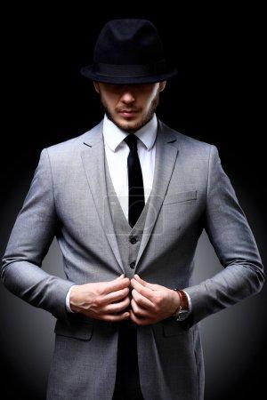 Photo pour Portrait d'un bel homme élégant en costume élégant - image libre de droit