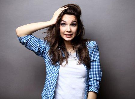 Foto de Alta look.glamor elegante bella joven modelo en tela brillante colorido hipster - Imagen libre de derechos