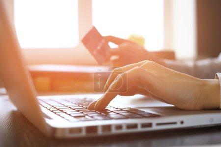 Photo pour Close Up de femme Shopping Online Using Laptop avec carte de crédit - image libre de droit