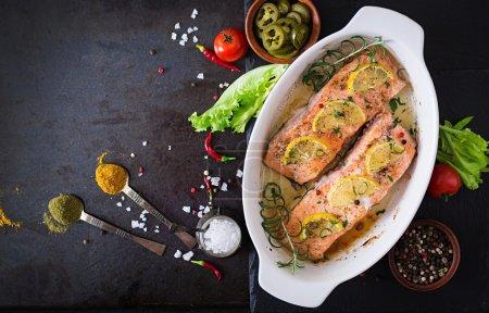 Photo pour Filet de saumon cuit au four avec romarin, citron et miel. Vue du dessus - image libre de droit