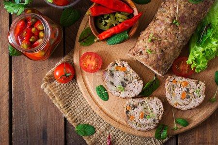 Photo pour Rouleau de pain de viande hachée aux champignons et aux carottes. Vue du dessus - image libre de droit
