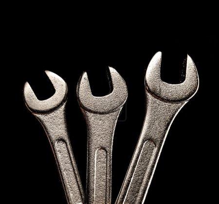 Photo pour Trois clés métalliques sur fond noir gros plan - image libre de droit