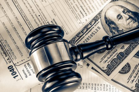 Photo pour Budget annuel, formulaire d'impôt, marteau et dollars - image libre de droit