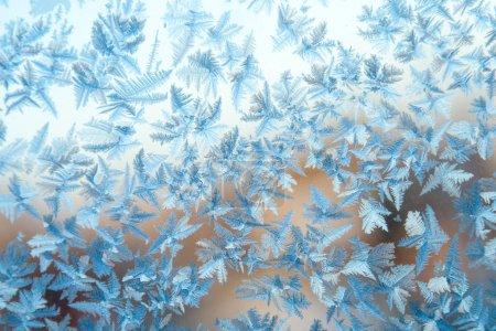 Photo pour Lumineux hiver fenêtre glace flocons de neige décoration gros plan - image libre de droit