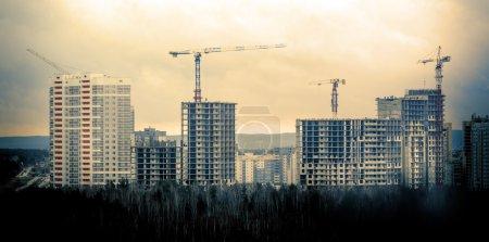 Photo pour Nombreux gratte-ciel en construction et grues - image libre de droit