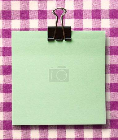 Photo pour Autocollant vert vierge et surface de clip noir - image libre de droit