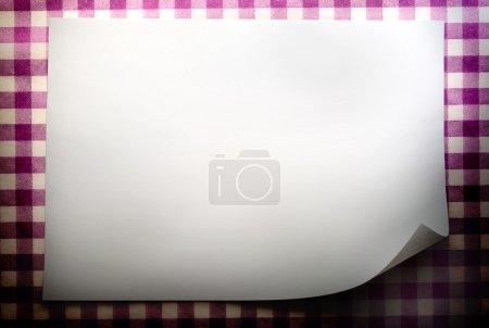 Photo pour Feuille de papier vierge sur fond vérifié - image libre de droit