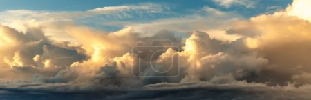 Photo pour Coucher de soleil sur fond de ciel bleu avec des nuages épais - image libre de droit