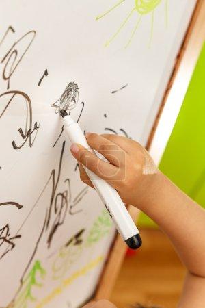 Photo pour Dessin à la main enfant avec marqueur sur tableau blanc - image libre de droit