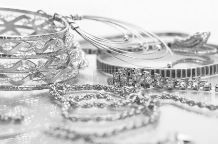 Foto de Different silver jewelry on the table. - Imagen libre de derechos