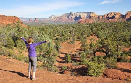 Photo pour Une femme se réjouit dans le paysage glorieux de Sedona, Arizona - image libre de droit