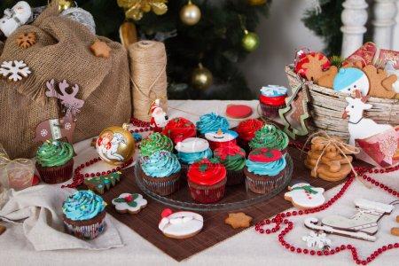 Photo pour Noël divers décoration de Noël pain d'épice avec nourriture, gâteaux, petits gâteaux, confection. Arbre de Noël avec des ornements. Homme de pain d'épice - image libre de droit