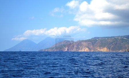 Photo pour Panorama des îles éoliennes à partir de la mer - image libre de droit