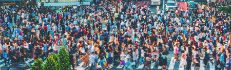 Photo pour Des foules floues convergent Shibuya Crossing à Tokyo - image libre de droit