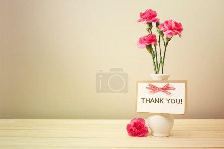 Photo pour Carte de remerciement avec oeillets roses dans un vase blanc - image libre de droit