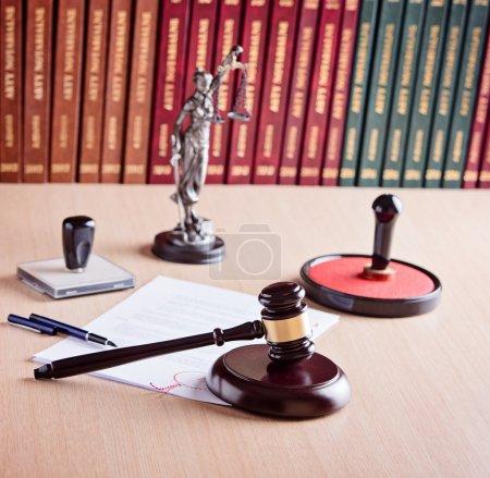 Photo pour Goujon du juge de la Cour, Themis - la déesse de la justice, tampon public notarié et les codes de droit en arrière-plan. Cabinet d'avocats. Concept de droit . - image libre de droit
