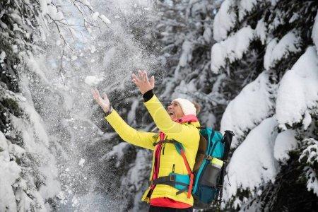 Photo pour Heureux touriste dans un beau paysage hivernal. Profiter de la neige en hiver. - image libre de droit