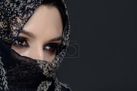 Photo pour Belle femme du Moyen-Orient au niqab - image libre de droit