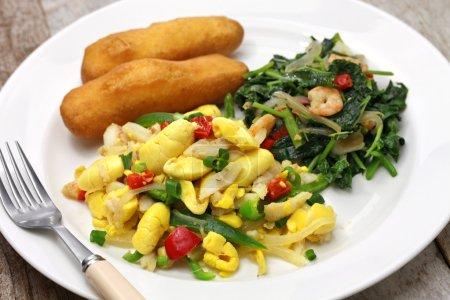 Photo pour Petit déjeuner jamaïcain, ackee et poisson salé, callaloo, festivals jamaïcains - image libre de droit