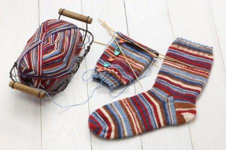 Photo pour Tricot hiver chaussettes chaudes, boule de fil et aiguilles à tricoter, cadeau de Noël fait main - image libre de droit
