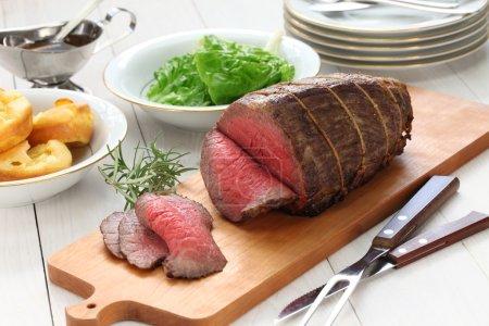 Photo pour Rôti de bœuf au pudding du yorkshire, dîner du dimanche - image libre de droit