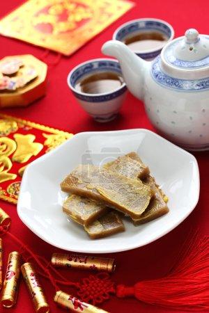 Photo pour Nian gao, gâteau de riz du Nouvel An chinois, poêlé et plongé dans l'oeuf - image libre de droit