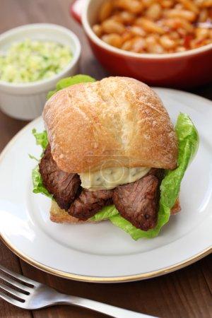 Photo pour Sandwich à la poitrine de bœuf barbecue - image libre de droit
