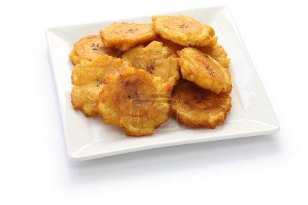 Photo pour Tostones, patacones, frites de banane plantain vert sur fond blanc - image libre de droit