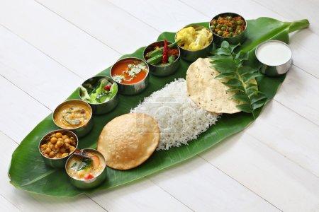 Photo pour Plats servis sur feuille de banane, cuisine traditionnelle sud-indienne - image libre de droit