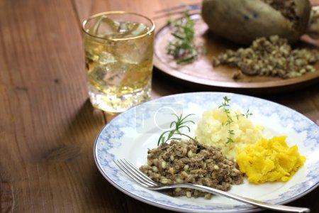 Photo pour Haggis neeps tatties et whisky écossais, cuisine traditionnelle écossaise - image libre de droit