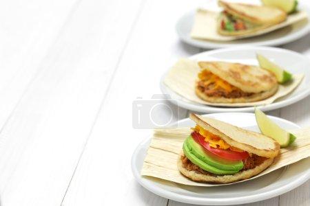 Photo pour Arepas maison, cuisine colombienne vénézuélienne isolée sur fond blanc - image libre de droit