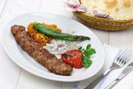 Photo pour Adana kebab, kebab de viande hachée, nourriture turque - image libre de droit