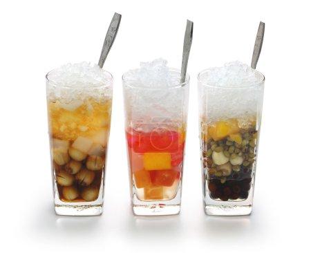 Photo pour Che est une soupe de dessert sucrée vietnamienne, généralement servie dans un verre sur glace et mangée avec une cuillère . - image libre de droit