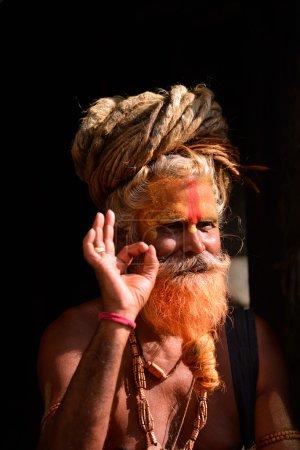 Photo pour KATHMANDU - 8 OCT : Sadhu à Pashupatinath à Katmandou. Sadhus sont des hommes saints qui ont choisi de vivre une vie ascétique et de se concentrer sur la pratique spirituelle de l'hindouisme. Le 8 oct. 2013 à Katmandou, Nepal - image libre de droit