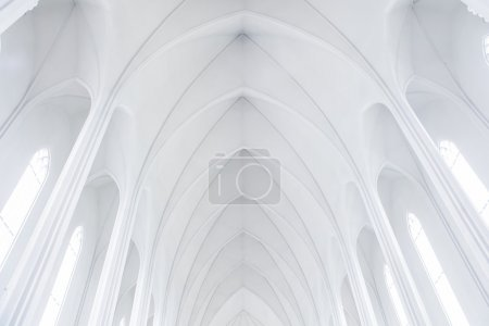 Foto de La iglesia de Hallgrímskirkja, Reikiavik, Islandia. La arquitectura de la iglesia se hace eco de las formaciones de basalto de collumnar comunes en geología islandesa - Imagen libre de derechos